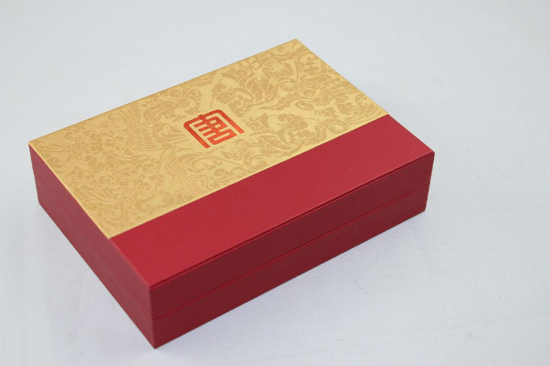 纸质包装盒设计中包装的形式和材质非常重要。纸质包装盒形式可以多种多样:如盒式包装、袋式包装、单件包装、组合以及套件包装等。包装的形态也可根据不同需要设计。礼品包装盒采用的制作材质有以纸质、木质、皮质等居多。  纸质包装盒设计的三个特点。 A、高档:礼品作为馈赠物品,集表达被馈赠者的尊贵,也体现馈赠者的身份。因此礼品的纸质包装盒设计应在标志结构和材质上多做文章,力求高档化。 B、有针对性:礼品一般多用于节日、庆典、婚庆、寿诞、访亲、慰问等场合,在其包装盒设计上应突出针对性,并体现不同场合下礼品的特殊性及用途